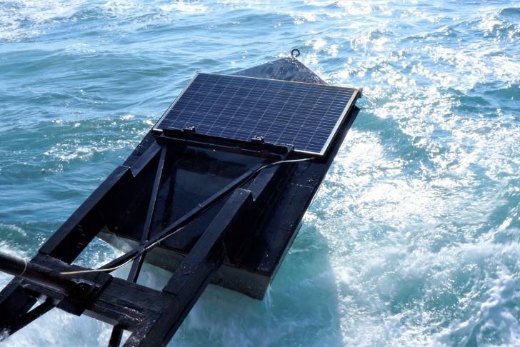 Việc bổ sung pin Mặt trời trên đỉnh phao ngăn sóng của công ty EWP có thể làm tăng công suất nhà máy điện sóng biển từ 3 đến 10% - Ảnh: Eco Wave Power