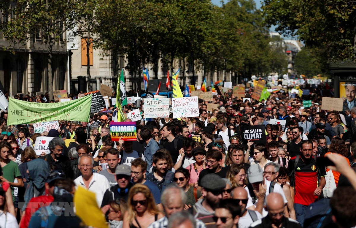 Trong ảnh: Người dân tham gia cuộc tuần hành chống biến đổi khí hậu tại Paris, Pháp, ngày 21/9/2019. (Nguồn: AFP/TTXVN)