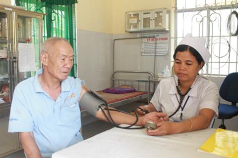 Người bệnh có BHYT khám bệnh tại Trạm y tế xã Ea Wer, huyện Buôn Đôn.