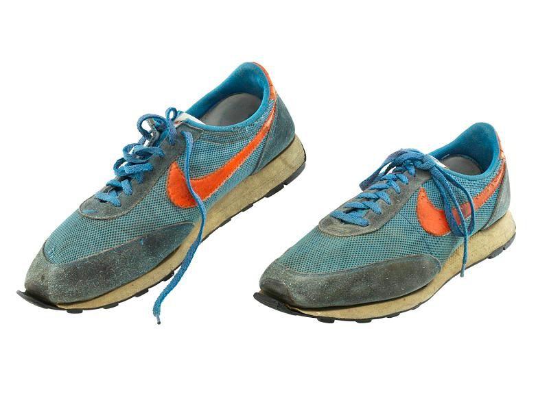 """Hãng Nike bắt đầu sản xuất các đôi giày thể thao mang cảm hứng bởi bánh """"waffle"""" từ năm 1974. Đôi giày hiện đang được trưng bày tại Bảo tàng Lịch sử Quốc gia Hoa Kỳ (NMAH). Ảnh: Wikimedia Commons."""