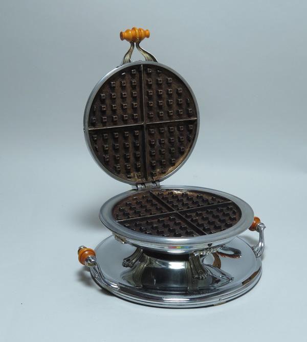 Một chiếc khuôn waffle, ra đời trong khoảng những năm 1927-1930, nằm trong bộ sưu tập của Bảo tàng Lịch sử Quốc gia Hoa Kỳ (NMAH). Ảnh: Wikimedia Commons.