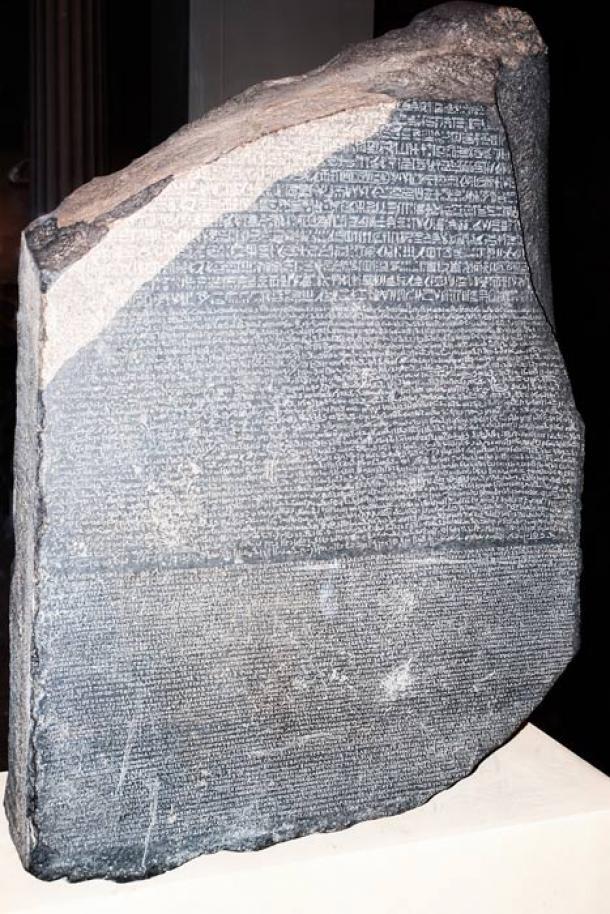 Phiến đá Rosetta trưng bày tại Bảo tàng Anh. Ảnh: History.