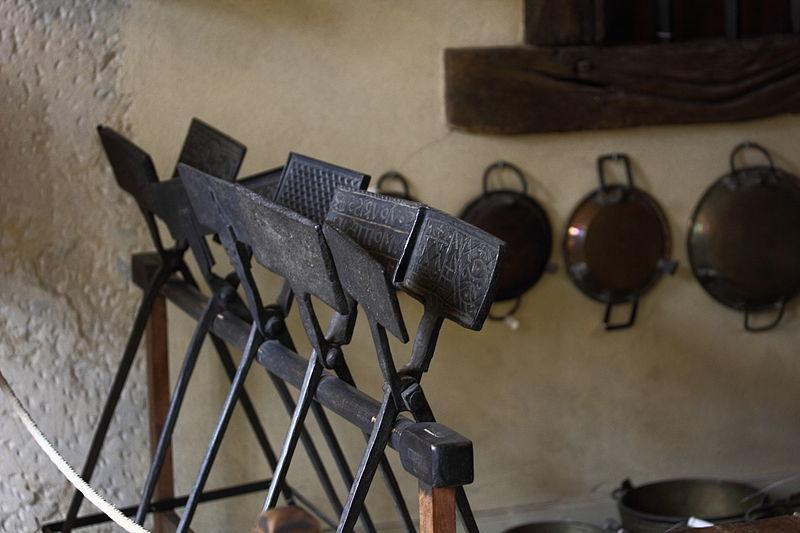 Khuôn bánh quế sơ khai thường bao gồm các bản nướng bằng sắt được thiết kế tinh tế, gần giống như điêu khắc nhằm in dấu trên mặt bánh. Ảnh: Wikimedia Commons.