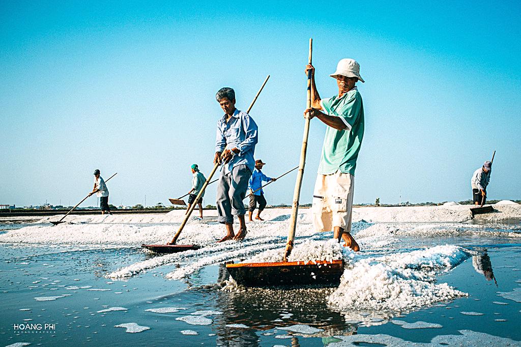 Những diêm dân trên cánh đồng muối Chợ Bến thuộc xã An Ngãi, huyện Long Điền, tỉnh Bà Rịa - Vũng Tàu.