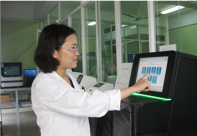 Viện Nghiên cứu hệ gen chính thức đi vào hoạt động từ tháng 9/2012 và được nâng cấp thành viện nghiên cứu quốc gia từ tháng 7/2017. Trong ảnh: TS. Nguyễn Hải Hà vận hành máy giải trình tự gen thế hệ mới tại Viện Nghiên cứu hệ gen.