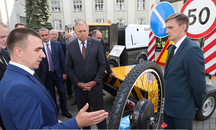 Thủ tướng Belarus Sergei Rumas nghe giới thiệu về các sản phẩm mới của Viện Hàn lâm Khoa học Belarus. Nguồn: Belta