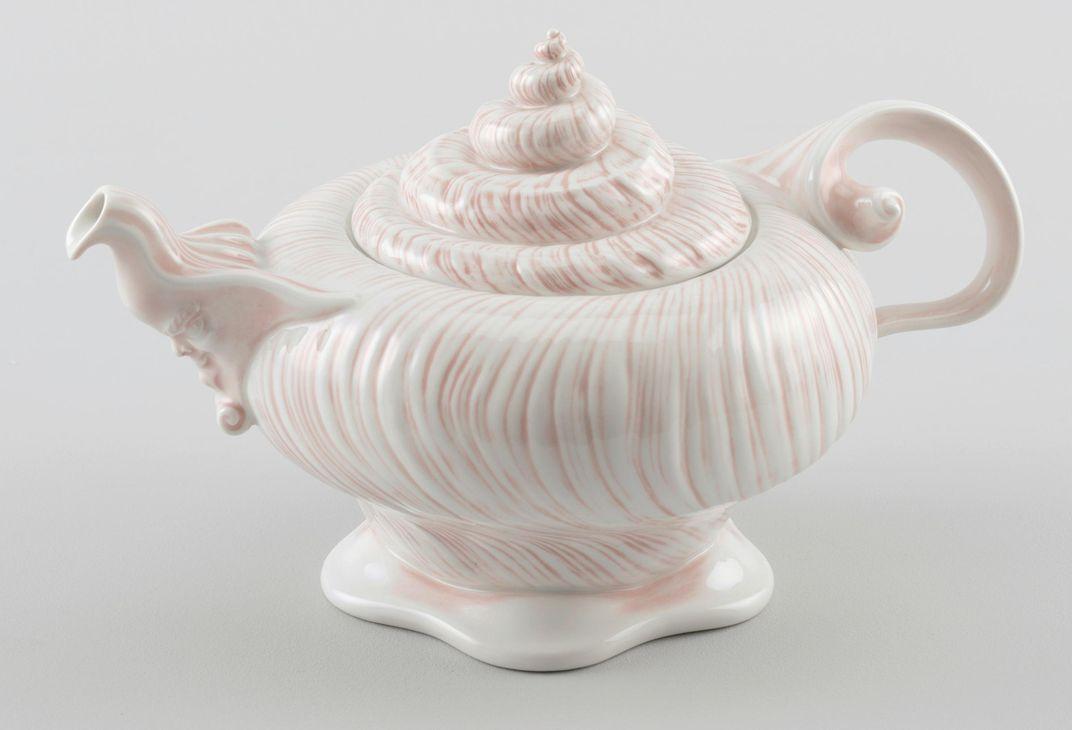 Đường xoắn ốc vỏ sò trên một ấm trà, thứ truyền cảm hứng cho lĩnh vực thiết kế các loại vật liệu tương lai. Ảnh: Wyss Institute.