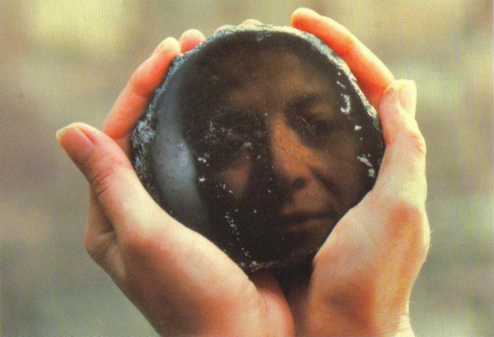 Những chiếc gương đầu tiên trên thế giới được mài từ đá thủy tinh núi lửa. Ảnh: History.