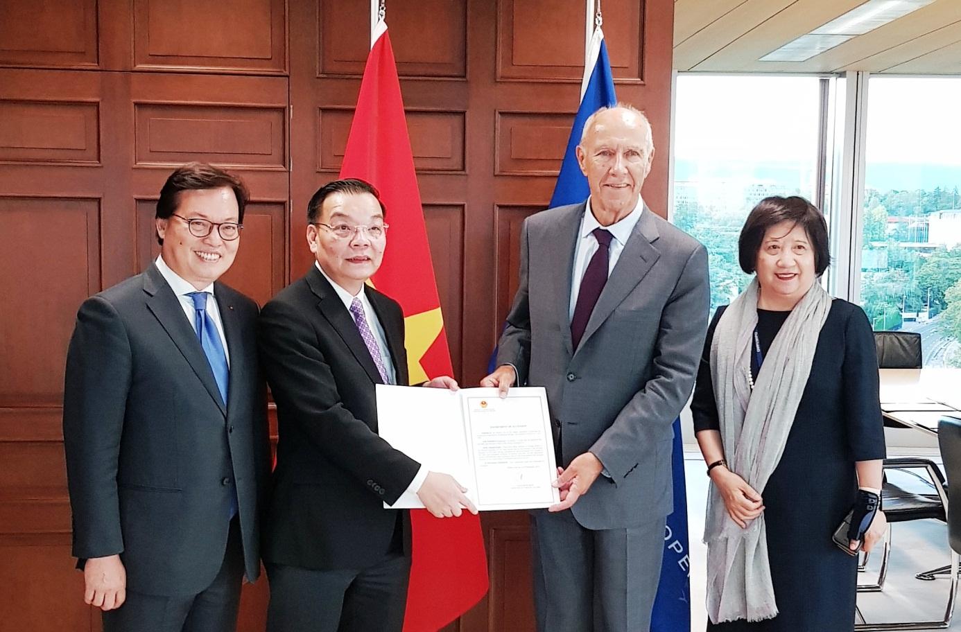 Bộ trưởng Chu Ngọc Anh trao Văn kiện gia nhập cho Tổng Giám đốc WIPO Francis Gurry.