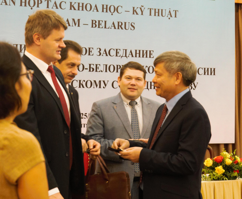 Thứ trưởng Bộ KH&CN Phạm Công Tạc trao đổi với Phó chủ nhiệm Ủy ban KH&CN Belarus Sergei Sergeievich Sherbakov (ngoài cùng bên trái) và các nhà nghiên cứu trường Đại học Tổng hợp Belarus, trường Đại học Công nghệ thông tin và vô tuyến điện Belarus.
