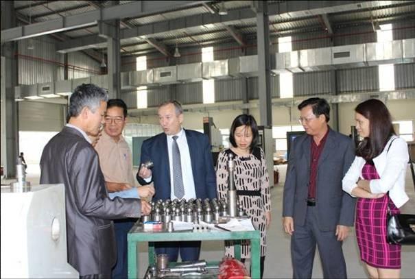 Phó chủ tịch thường trực Viện Hàn lâm KH&CN Belarus Sergey Antonovich Chizhik (thứ ba từ trái sang) làm việc với các nhà nghiên cứu Viện Hàn lâm KH&CN Việt Nam năm 2016. Nguồn: Viện Hàn lâm KH&CN Việt Nam