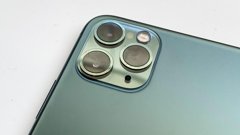 Phone 11 Pro và iPhone 11 Pro Max sở hữu sự thay đổi lớn về thiết kế. Tuy nhiên, sự xuất hiện của cụm 3 camera sau được bố trí bất hợp lý khiến bộ đôi này phải đón nhận không ít sự công kích từ phía cộng đồng mạng.