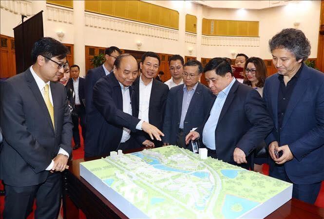 Thủ tướng và Bộ trưởng Bộ KH&ĐT xem mô hình sa bàn Trung tâm Đổi mới sáng tạo Quốc gia. Ảnh: Đức Trung/Bộ KH&ĐT