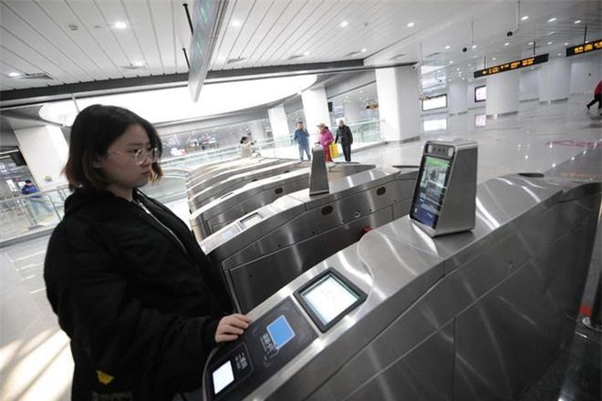 Người đi tàu điện ngầm ở Trung Quốc không cần dùng thẻ, chỉ đơn giản là lướt khuôn mặt là có thể đi vào ga - Ảnh 3.