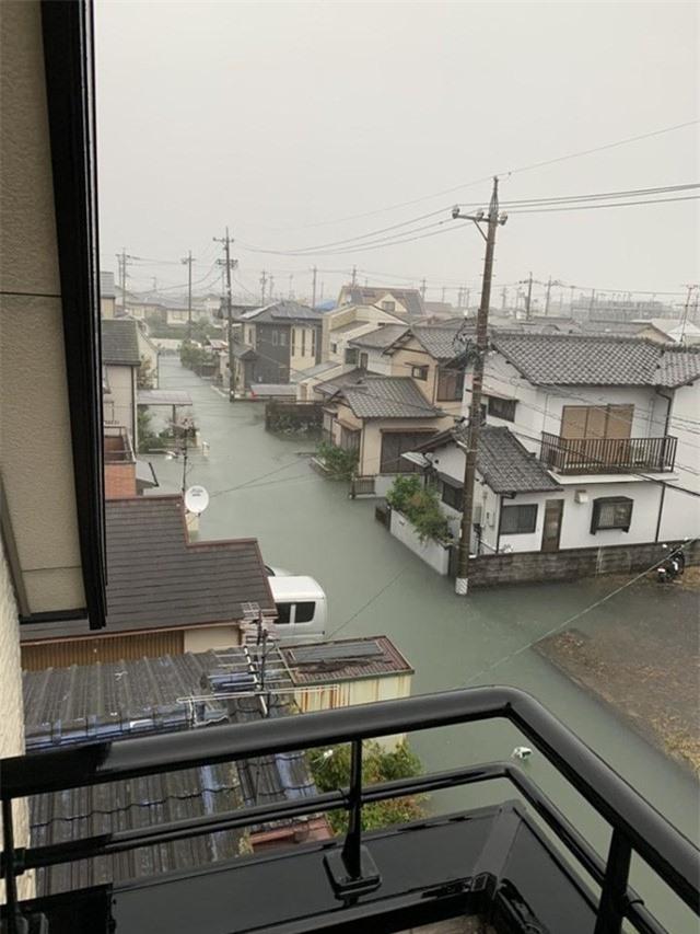 Cộng đồng mạng sửng sốt trước cảnh nước lũ ngập Nhật Bản vẫn sạch trong, không một cọng rác - Ảnh 2.