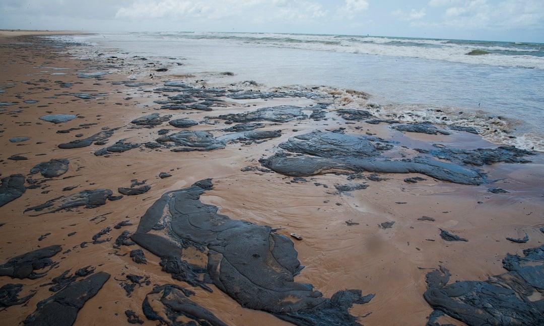 Váng dầu trên bờ biển của Brazil. Ảnh: Reuters.