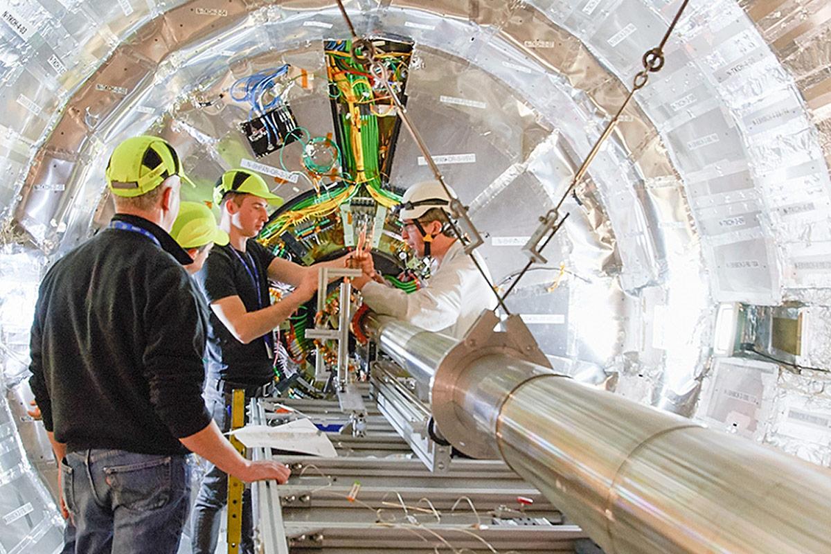 Kể từ khi tạo dựng  các phòng thí nghiệm chung vào năm 1966, tổ chức CNRS đã thiết lập một mạng lưới R&D không ngừng được mở rộng giữa các nhà khoa học và ngành công nghiệp. Nguồn: CNRS
