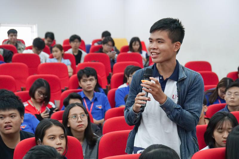 Sinh viên hào hứng trao đổi, thảo luận với các diễn giả  Ảnh: UEF