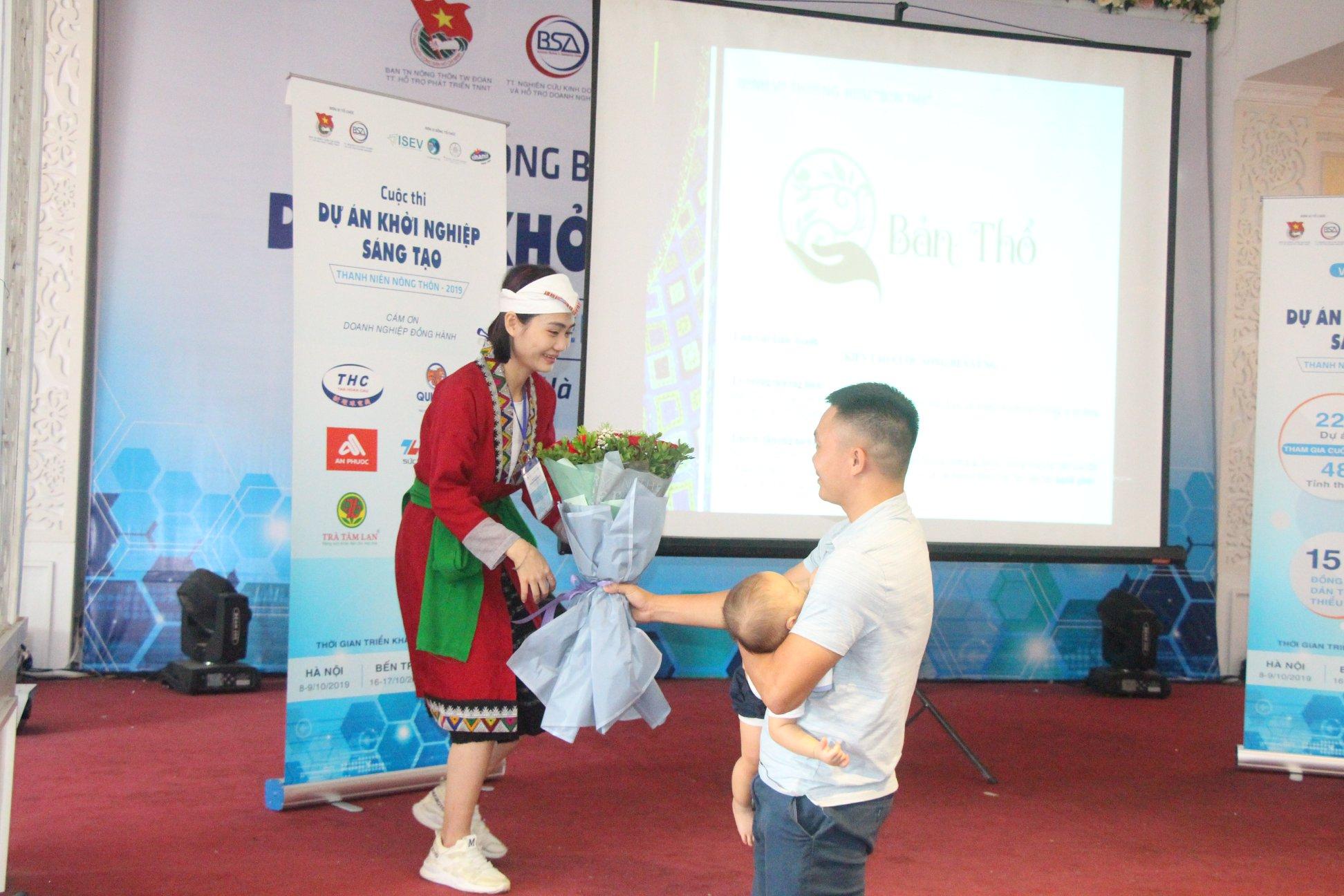 Vợ chồng cô gái người dân tộc Thổ tại cuộc thi. Ảnh: BTC cung cấp