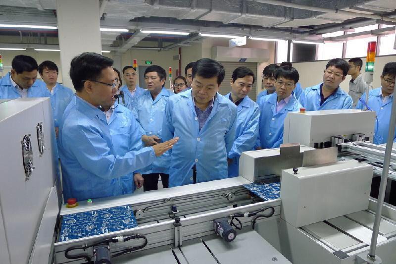 Các đoàn tới tìm hiểu về giải pháp Smart Agriculture tại Lab Nông nghiệp thông minh của VNPT Technology ở Khu công nghệ cao Hòa Lạc.