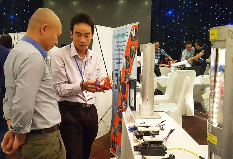 Doanh nghiệp giới thiệu sản phẩm khởi nghiệp tại triển lãm     Ảnh: KA