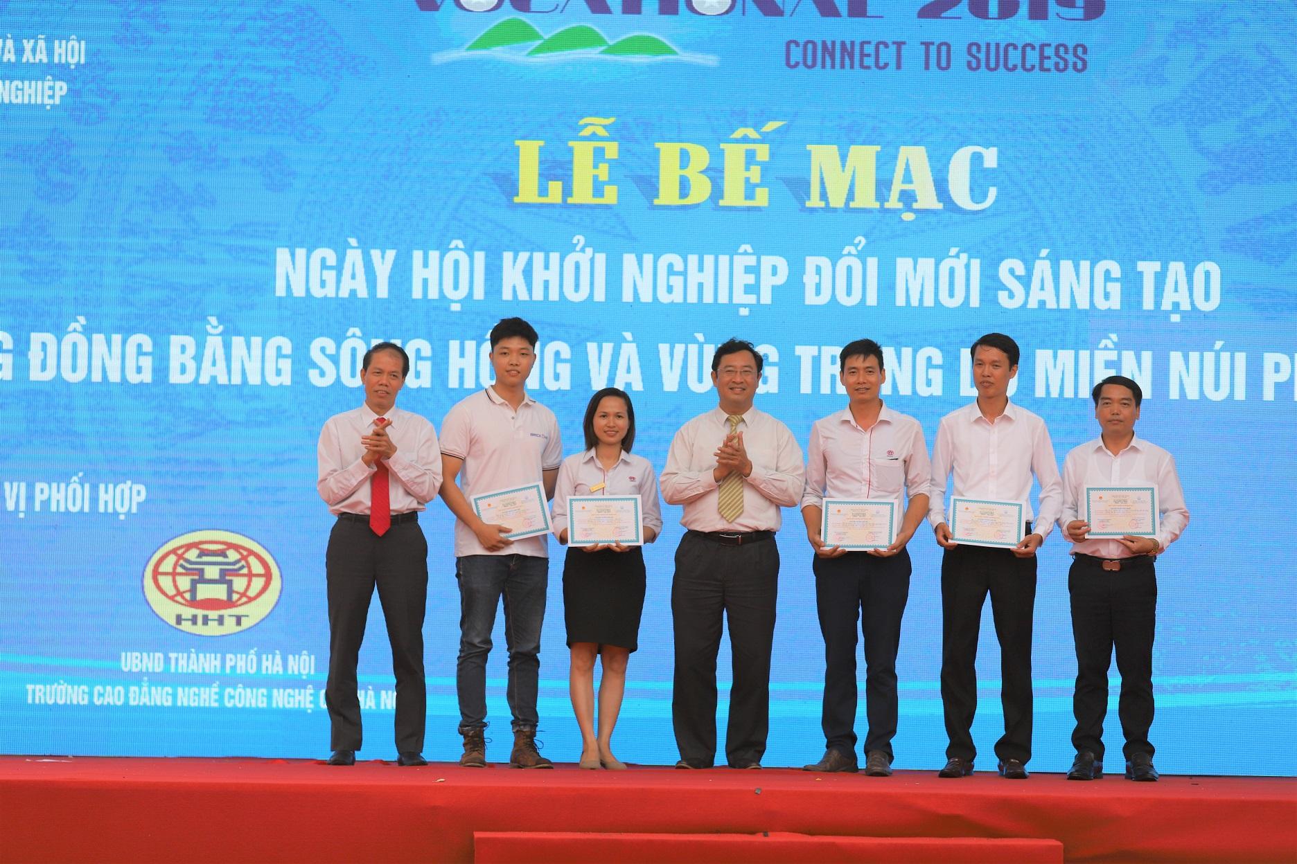Ban tổ chức trao giải cho 5 đội thi xuất sắc vòng Chung kết cuộc thi tìm kiếm tài năng khởi nghiệp ĐMST vùng Đồng bằng sông Hồng và Trung du miền núi phía Bắc