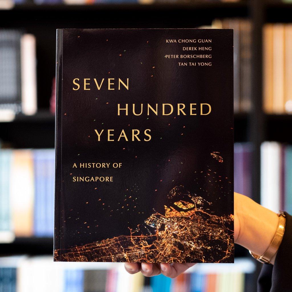 """Bìa cuốn sách """"Bảy trăm năm"""": Một Lịch sử Singapore mới được xuất bản tháng 5 năm nay. Cuốn sách này, cùng một website bổ trợ, mới được Chính phủ Singapore công nhận làm tài liệu tham khảo chính cho chương trình giáo dục lịch sử bậc phổ thông, được đưa vào giảng dạy từ năm 2014. Nguồn: Wardah Books."""