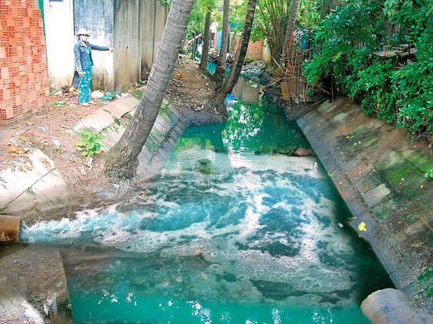 Ô nhiễm nguồn nước xung quanh khu vực có các nhà máy dệt nhuộm.