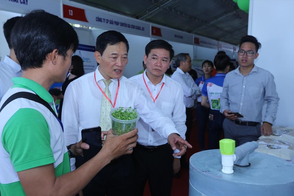 Thứ trưởng Trần Văn Tùng thăm một số gian hàng tại Techmart – Techfest Mekong 2019.