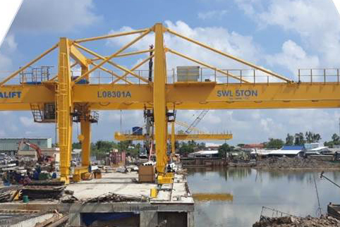 Sản phẩm cổng trục bốc xếp vật liệu cho tổ hợp Nhà máy Điện đạm Cà Mau do Công ty CP kết cấu thép và thiết bị nâng Việt Nam – VINALIFT thiết kế, chế tạo. | Nguồn: KHPT