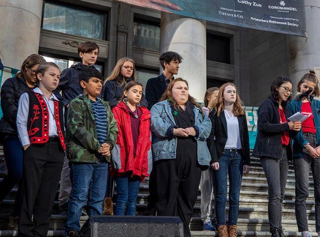 Nhóm thanh thiếu niên đệ đơn kiện lên tòa án liên bang. Ảnh: CBC News.