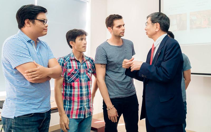 Chủ tịch Ngân hàng Phát triển Châu Á ADB trò chuyện cùng các dự án khởi nghiệp tại SURF 2018.