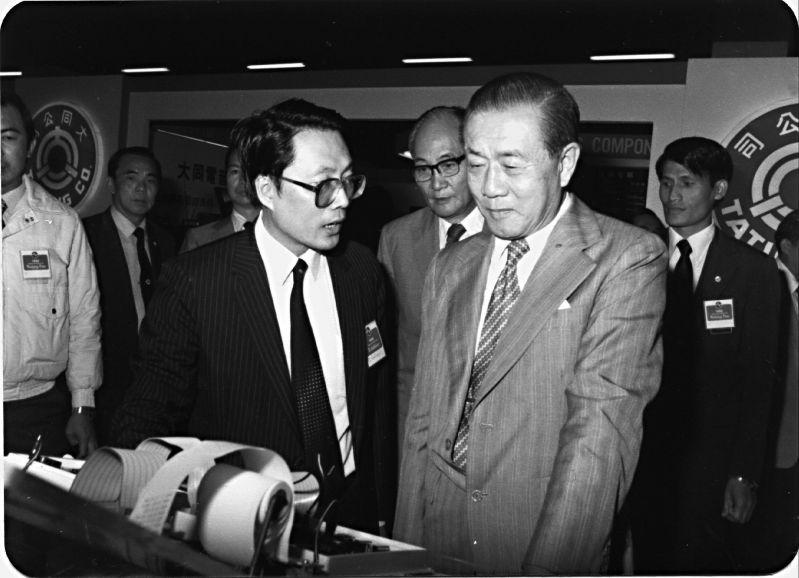 Thủ tướng Tôn Vận Tuyền trao đổi cùng ông Thi Chấn Vinh (cựu chủ tịch và CEO của Tập đoàn Acer) trong một triển lãm điện tử tại Đài Bắc năm 1982. Ảnh: Sun Yun-suan Foundation.