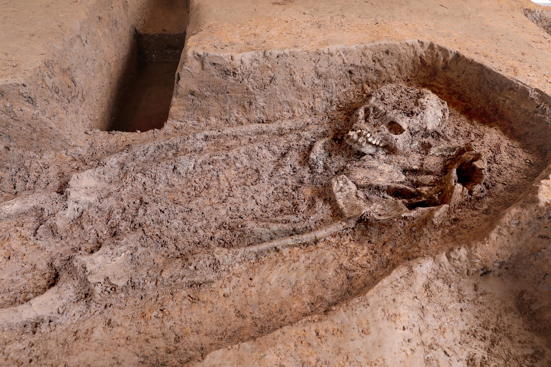 Đợt khai quật lần này phát hiện 10 mộ táng Đông Sơn phân bố đậm đặc trong một phạm vi chưa đầy 30m2 ở di chỉ Vườn Chuối. Có hai loại mộ: huyệt đất và mộ nồi vò, đồ tuỳ táng có gốm và rìu đồng Ảnh: Nguyễn Văn Thắng.