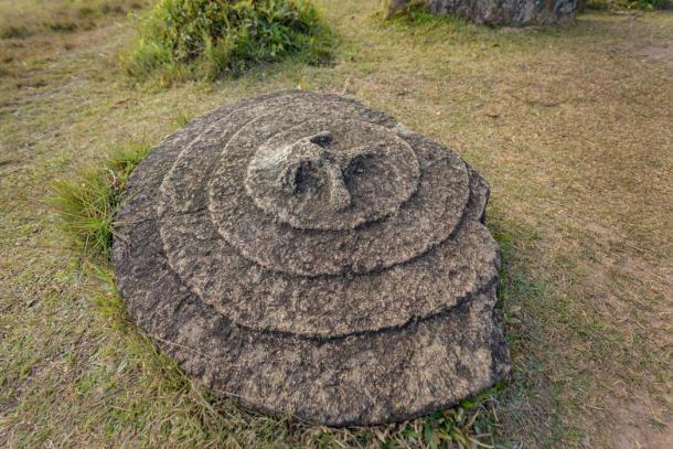 Nắp đậy bằng đá của chiếc chum. Ảnh: Jarryd Salem.