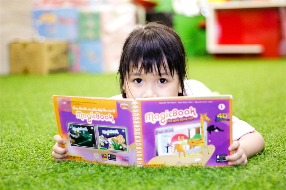 MagicBook là sản phẩm thú vị, hấp dẫn đối với trẻ em, thúc đẩy tinh thần học tập của các cháu. Ảnh: Firecoals