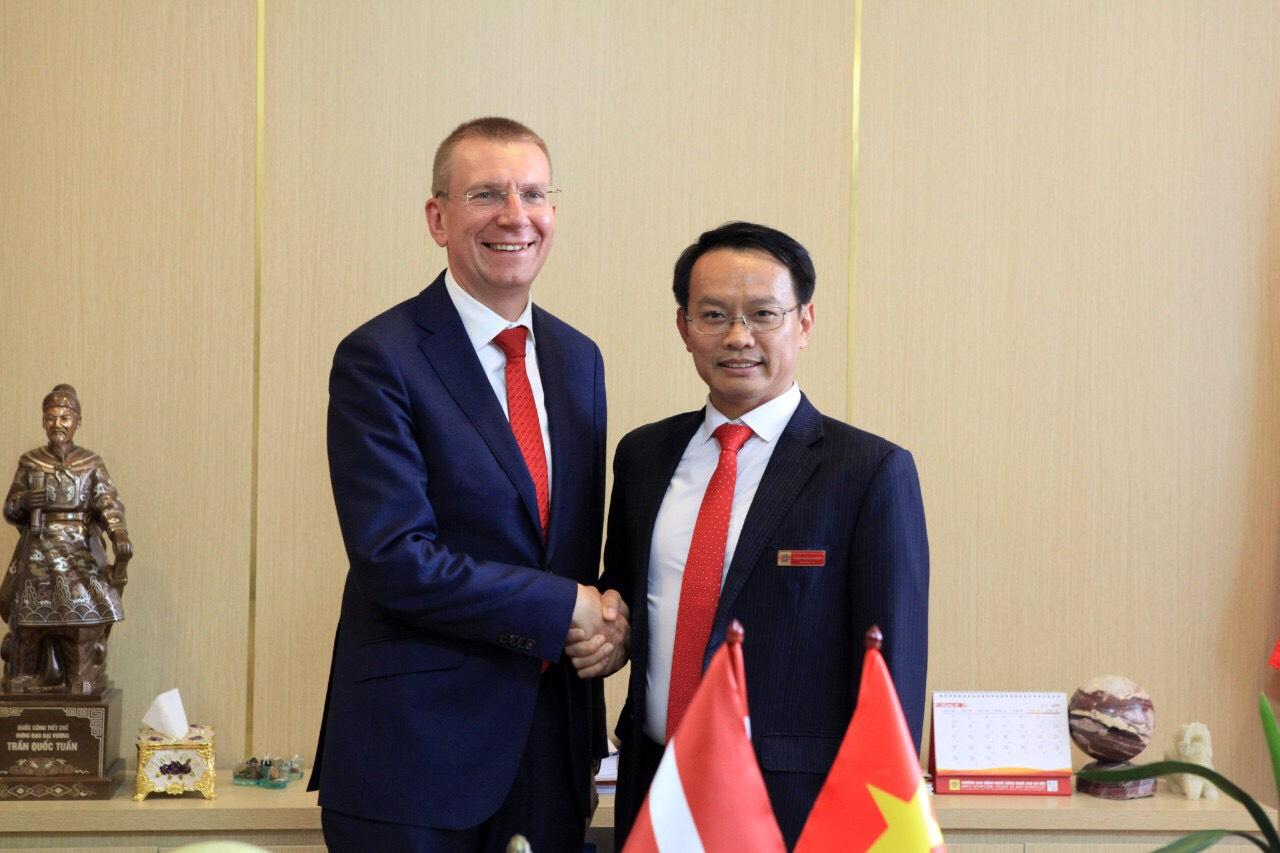 Hiệu trưởng, NGƯT, TS Phạm Xuân Khánh trong một buổi làm việc với đối tác Latvia. Ảnh: HHT