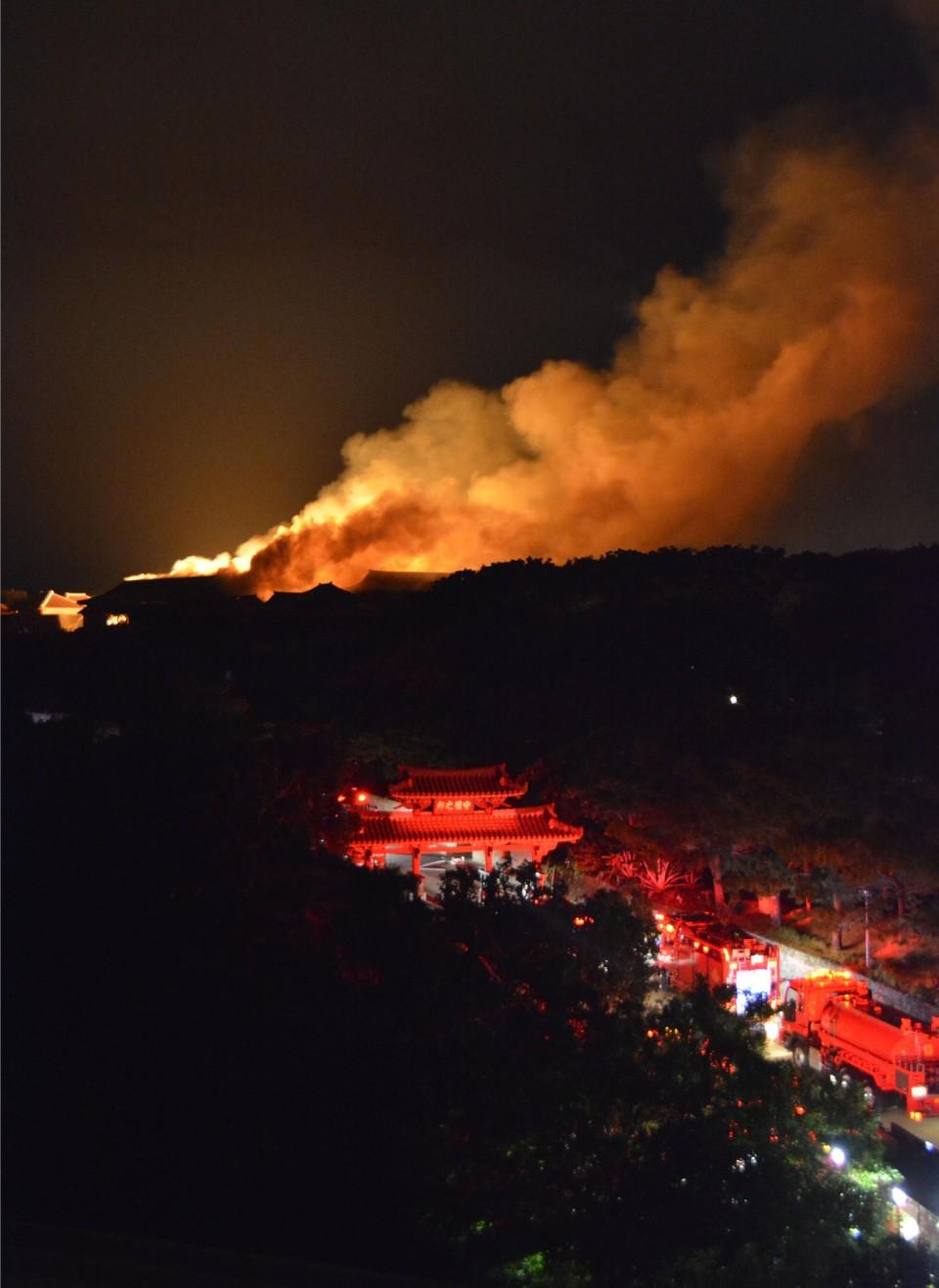 Lính cứu hỏa đang tham gia dập tắt đám cháy thành Shuri (Nguồn: Kyodo News)