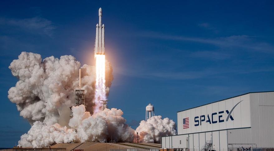 Tên lửa đẩy Falcon Heavy của Space X, dù được phóng thử nghiệm thành công nhưng vẫn chỉ có sức mạnh bằng 2/3 tên lửa Saturn V.