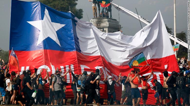 Người dân biểu tình ở Chile. Ảnh: CNN.