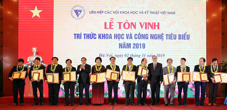 112 trí thức khoa học và công nghệ tiêu biểu đã được Đoàn Chủ tịch Hội đồng Trung ương Liên hiệp Hội Việt Nam quyết định công nhận và tặng bằng khen.