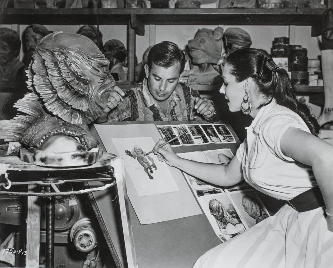 Nhà thiết kế Milicent Patrick phác họa thủy quái Gill-Man trong phim Creature from the Back Lagoon. Ảnh: Universal Studios Licensing LLC.