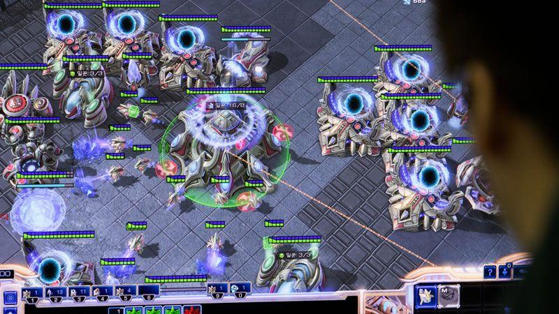 Người chơi StarCraft II chiến đấu với nhau trong một chiến trường tương lai.