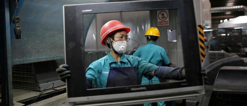 Thu hồi, tái chế các thiết bị điện tử | Ảnh: Reuter