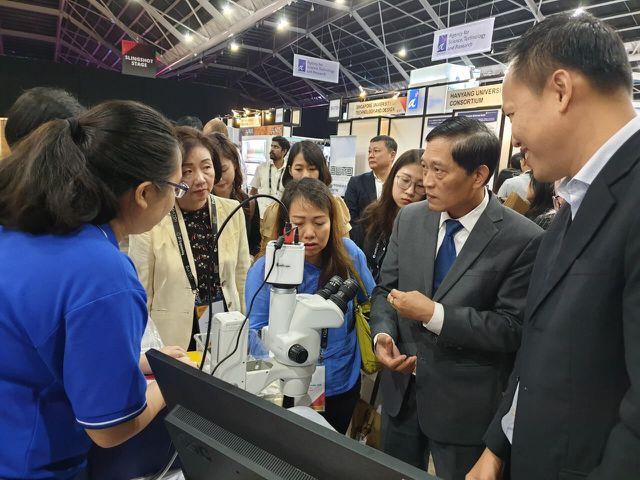 Thứ trưởng Bộ KH&CN Trần Văn Tùng đi thăm một số gian hàng giới thiệu sản phẩm sáng tạo tại tuần lễ SWITCH