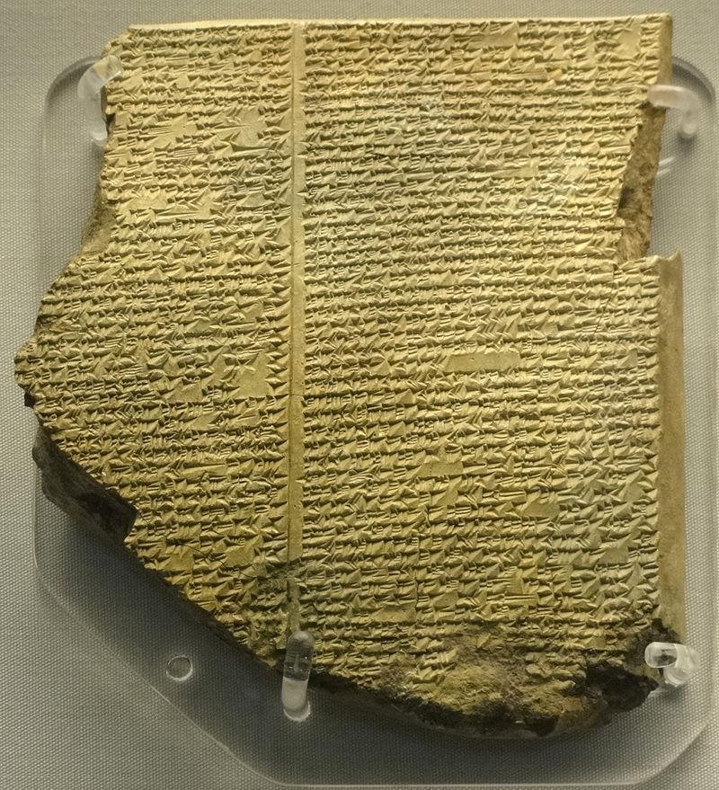 Tấm bảng đất sét trong Thư viện Hoàng gia Ashurbanipa ghi chép một phần sử thi Gilgamesh bằng chữ hình nêm. Ảnh: Wikipedia.