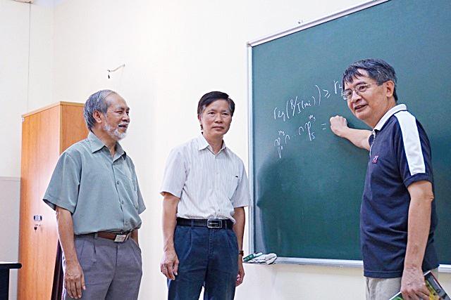 Ba giáo sư Ngô Việt Trung, Lê Tuấn Hoa và Nguyễn Tự Cường (Viện Toán học, Viện Hàn lâm KH&CN Việt Nam) vinh dự được trao giải thưởng Hồ Chí Minh về KH&CN đợt 5. Nguồn: Vietnamnet