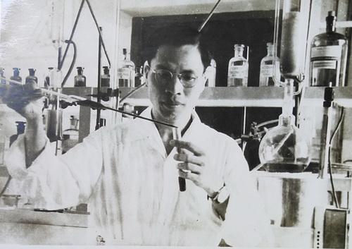 Dược sĩ Đỗ Tất Lợi tại phòng thí nghiệm, 1962.
