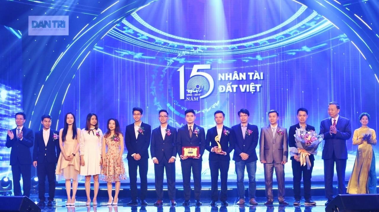 Các tác giả nhận giải Nhất lĩnh vực CNTT.