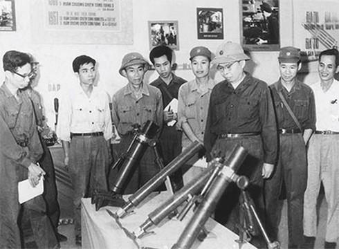 Thiếu tướng, Giáo sư Trần Đại Nghĩa (thứ ba, từ phải sang) cùng các cán bộ quân giới xem một số loại vũ khí do một nhà máy quốc phòng sản xuất thời kỳ chống Mỹ, cứu nước. Ảnh tư liệu